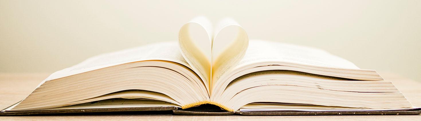 Photo d'un livre dont les pages dessinent un coeur
