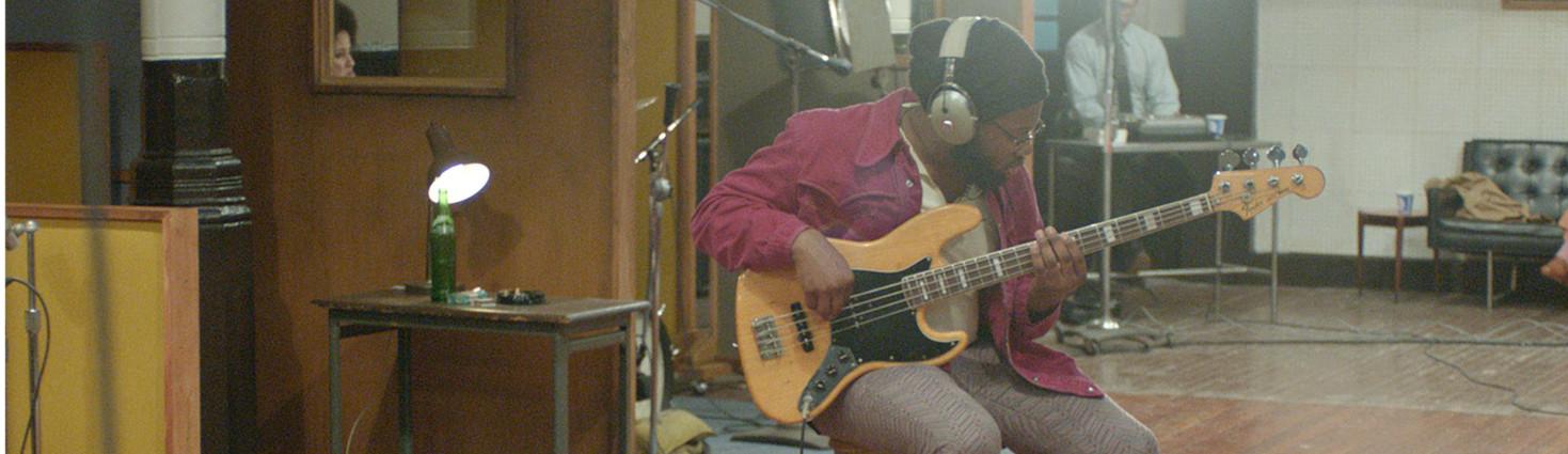 Photo d'un bassiste dans le studio d'enregistrement